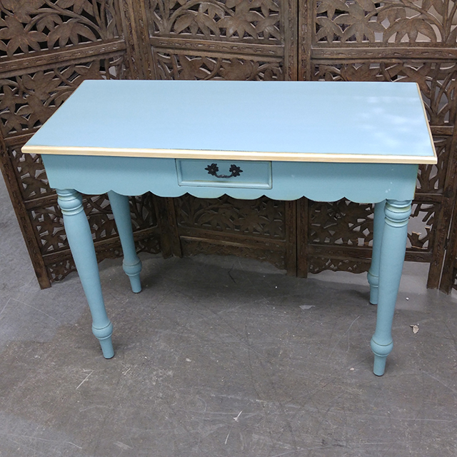 Delicieux Scalloped Apron Console Table
